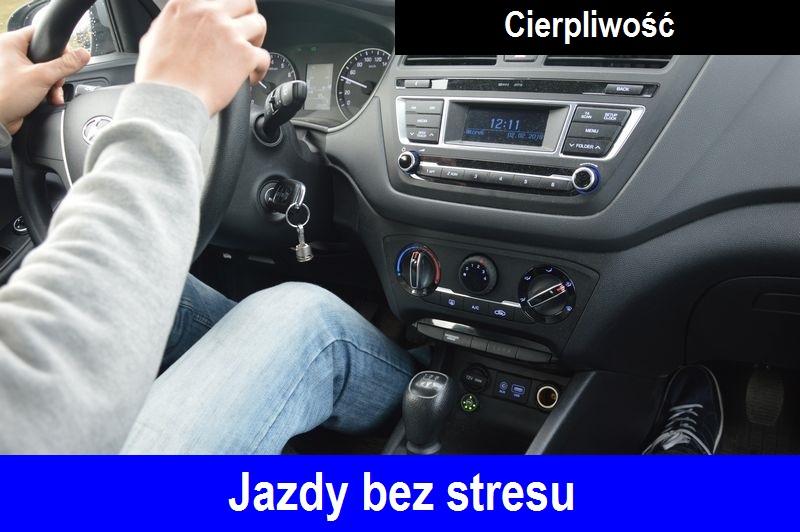 """Rece meżczyzny na kierownicy, oraz widok deski rozdzielczej samochodu Hyundai i20. Na dole napis """"Jazdy bez stresu"""", na górze napis """"Cierpliwośc""""."""