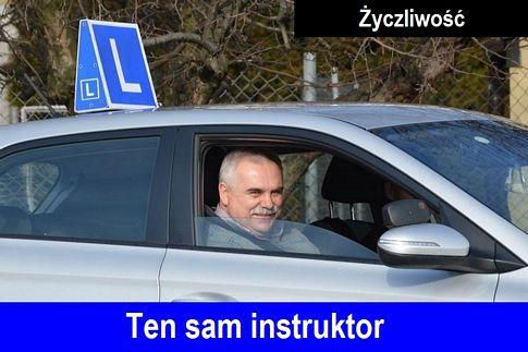 Uśmiechniety instruktor prawo jazdy Warszawa wyglądający przez okno samochodu szkoleniowego Hyundai i20 koloru srebrnego, z symbolem elki %22L%22 na dachu. Na dole niebieskie tło a na nim napis %22Ten sam instruktor%22.
