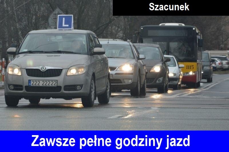 Jadące w rzędzie samochody na jednym pasie ruchu, jako pierwszy samochód marki Skoda Fabia koloru szarego, nauka jazdy Warszawa z elką na dachu, symbolem %22L%22 koloru niebieskiego. Na dole zdjęcia napis %22Zawsze pełne godziny jazd%22, na górze napis %22Szacunek%22.