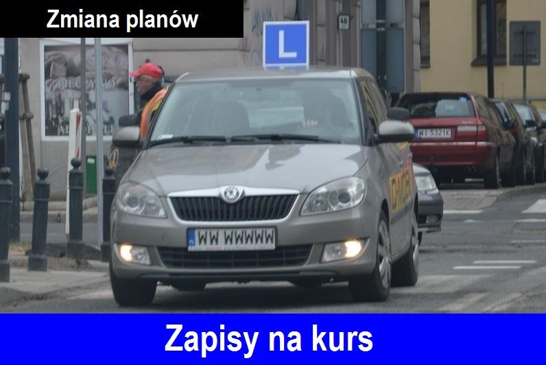 """Samochód nauki jazdy marki Skoda Fabia koloru beż cappuccino, z symbolem """"L"""" na dachu."""