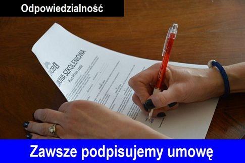 """Podpisywanie umowy o kurs na prawo jazdy Warszawa w OSK Q-Mobil. Na zdjeciu widac dwie dłonie kobiety podczas podpisywania umowy szkoleniowej.Na górze po lewej stronie napis """"Odpowiedzialnośc"""", na dole zdjecia pasek w kolorze niebieskim a na nim biały napis """"Zawsze podpisujemy umowe""""."""