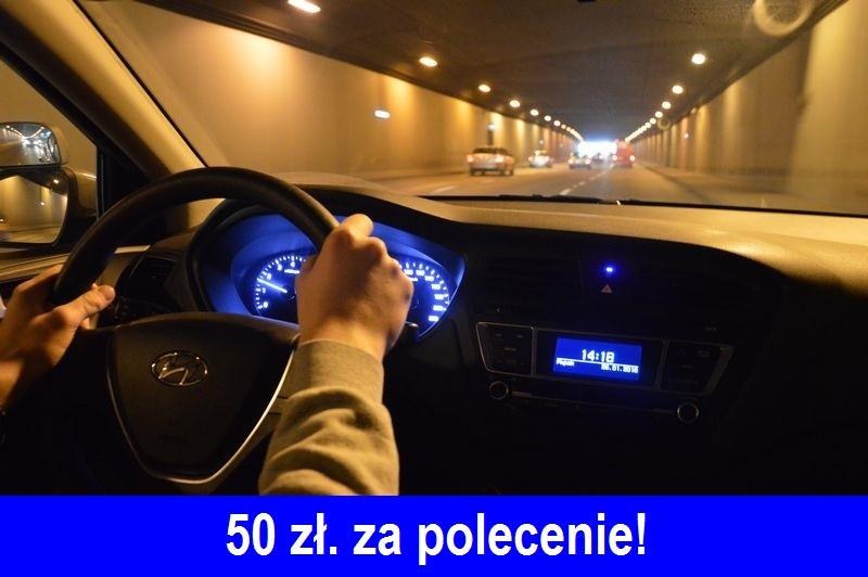 rece-na-kierownicy-podczas-jazdy-w-tunelu