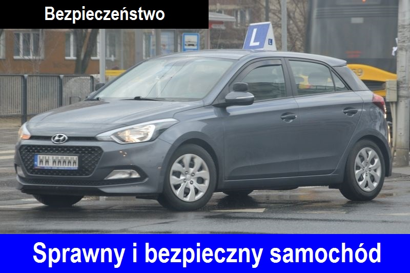 """Skrecający na skrzyżowaniu szary samochód marki Hyundai i20, nauka jazdy Warszawa do egzaminu na prawo jazdy, z symbolem """"L"""" elka na dachu. Na dole napis """"Sprawny i bezpieczny samochód"""", na górze napis """"Bezpieczeństwo""""."""